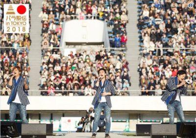大観衆の前で新曲発表をする稲垣さん、草なぎさん、香取さん