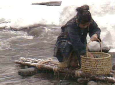 極寒の川で仕事をするおしん役の小林綾子