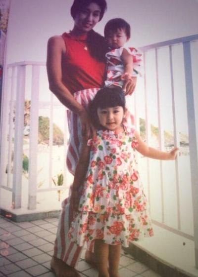 幼少期の浅田姉妹と母親の浅田匡子さん