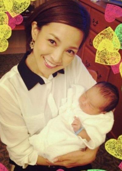 赤ちゃんを抱っこする国仲涼子さん