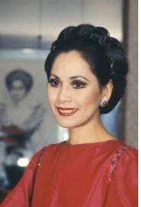 若い頃のデヴィ夫人の歯が不自然な写真