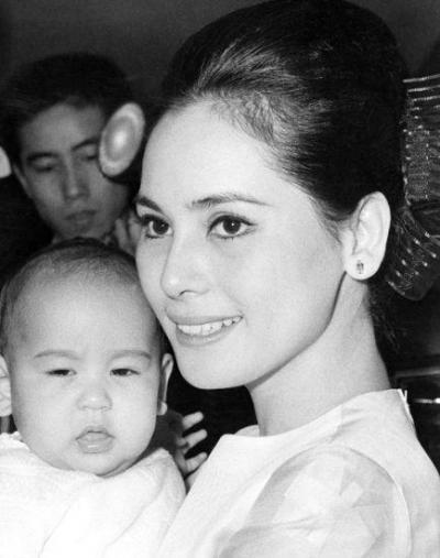 若い頃のデヴィ夫人と娘カリナの赤ちゃんの頃