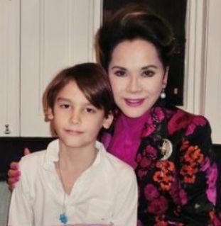 現在のデヴィ夫人と孫のキラン君