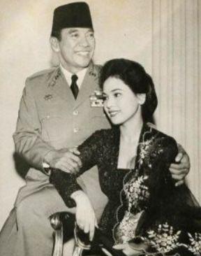 若い頃のデヴィ夫人とスカルノ元大統領の嬉しそうな写真