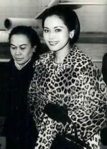 若い頃のデヴィ夫人のヒョウ柄コートの写真