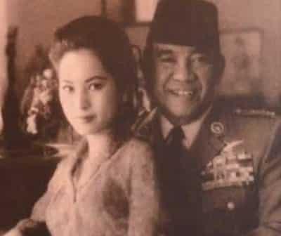 若い頃のデヴィ夫人とスカルノ元大統領の笑顔写真