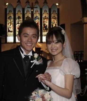 とても嬉しそうな表情の結婚式での安達祐実さん