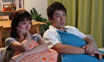 ムロツヨシさんと戸田恵梨香さんのクッションプレイシーン