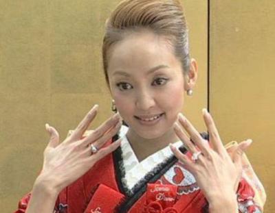 パチンコ玉の指輪とゴージャス婚約指輪をかざす神田うのさん