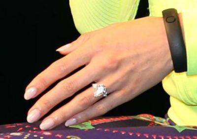 脱臼しそうなほどのスゴイ大きさの婚約指輪