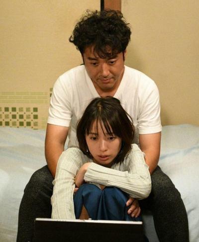 ムロツヨシさんと戸田恵梨香さんのベット(によりかかる)シーン