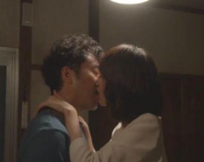 ムロツヨシさんと戸田恵梨香さんのキスシーン