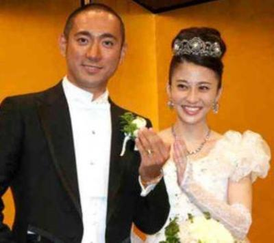 結婚指輪を掲げる新郎・市川海老蔵さん