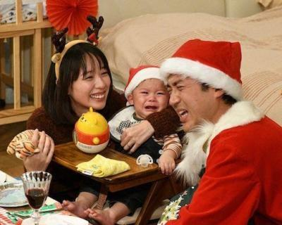 赤ちゃんと戯れるムロツヨシさんと戸田恵梨香さん
