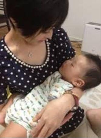 赤ちゃんを寝かした吉川麻衣子さん