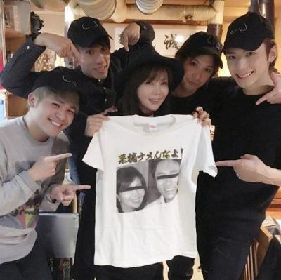 菜摘なめんなよTシャツを掲げる小川菜摘さん