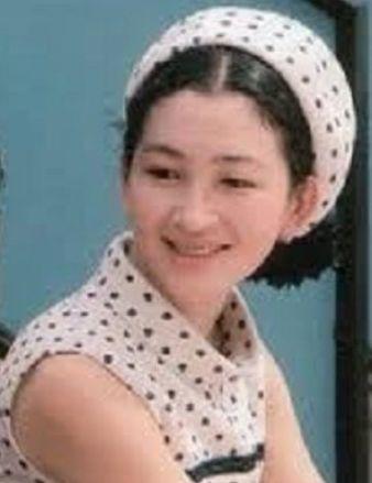 553c6c621de01 平成という時代を迎え、天皇・皇后両陛下として即位された1989年には美智子さまは「グレイヘア」の最初の季節を迎えていました。