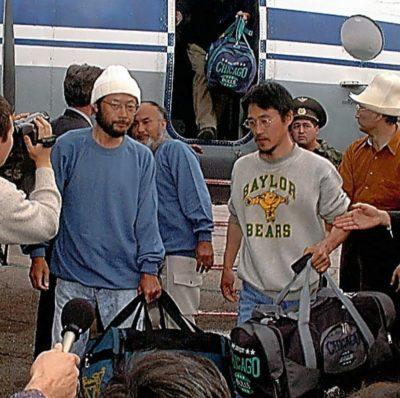 1999年10月25日 キルギス軍用空港に到着した4名